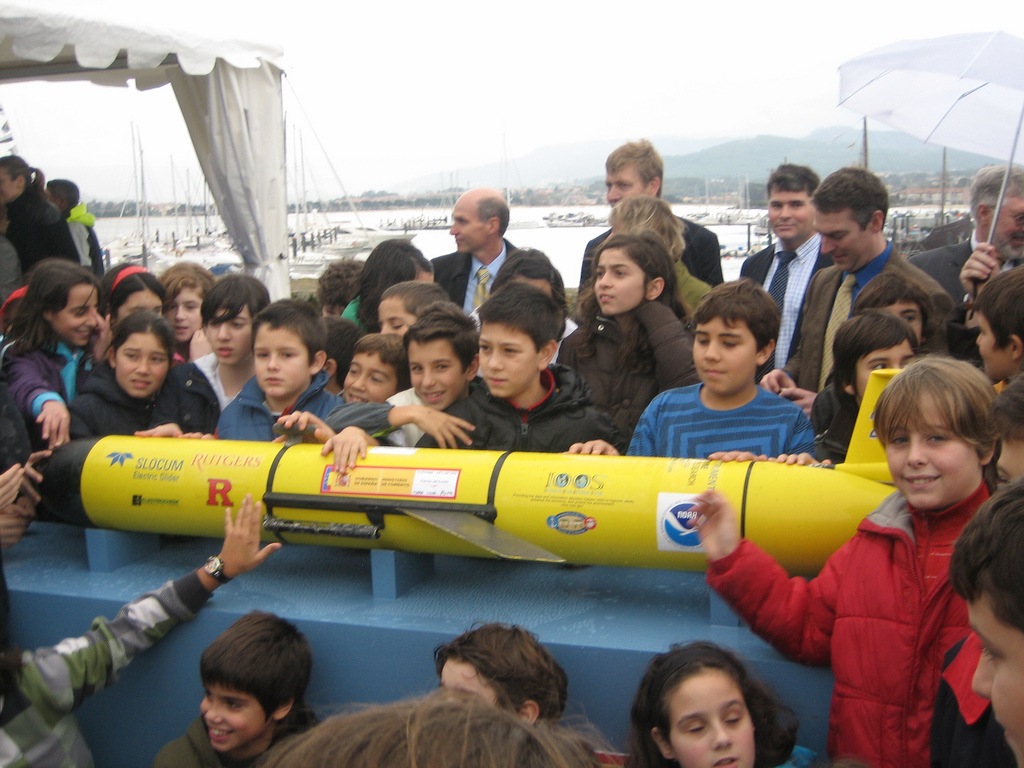 Students and Robotic Glider<div class='credit'><strong>Credit:</strong> Students and Robotic Glider</div>